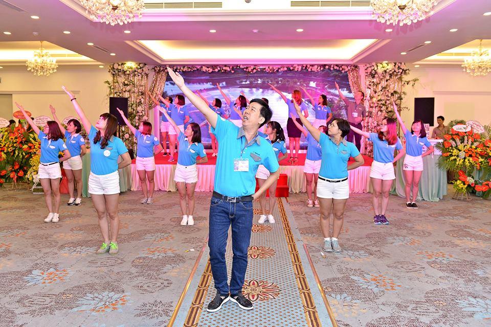 Màn múa hát tập thể của các thành viên Webketoan
